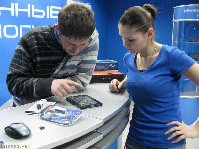 """Генеральный директор магазина """"АйТех"""" (слева) и известная ведущая новостей изучает новинки магазина"""