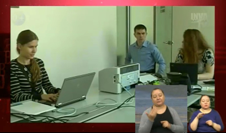 Размер кадра переводчика ЖЯ на «Инва Медиа ТВ» менялся несколько раз, в итоге остался мелким (справа).